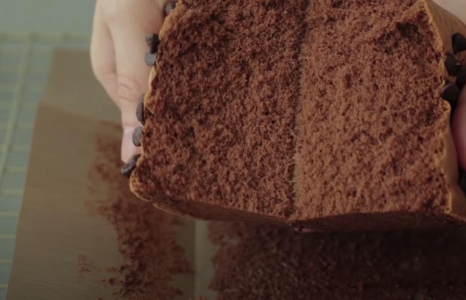 Шоколадный тортик с мягкой текстурой дополнен хорошо взбитой меренгой и молочной стружкой