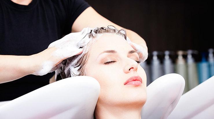 Парикмахер заметила, что большинство людей пользуется шампунем неправильно, и рассказала об основных ошибках