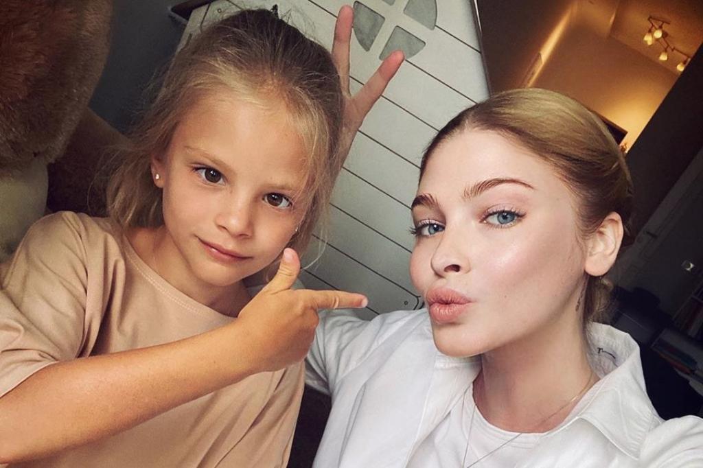Алена Шишкова в сториз Instagram ответила на вопрос своих подписчиков, почему отказывается путешествовать с дочерью Алисой