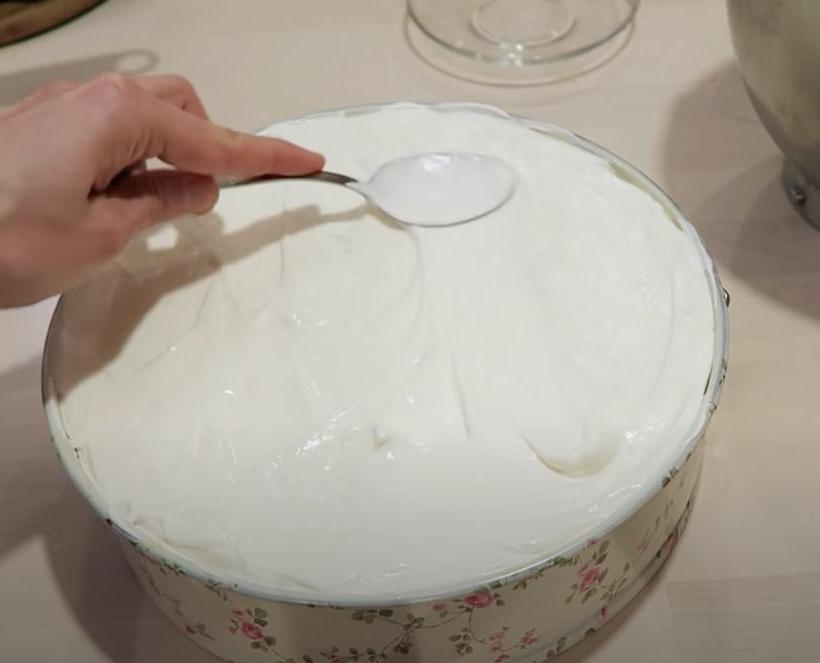 Миндальный торт с йогуртовым кремом и вишней: делаю на бисквите с орехами