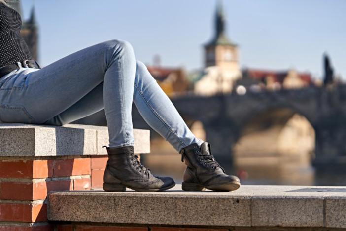 Смеющиеся смайлики, узкие джинсы, боковой пробор: подростки назвали 6 признаков, по которым определяют людей старше 30