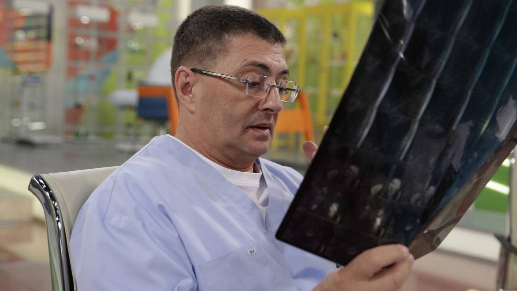 "Доктор Мясников призвал не бояться ""устаревания"" вакцин от коронавируса"