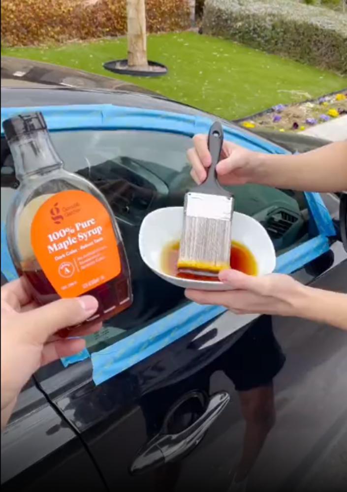 Кленовый сироп и зубная паста: парень затонировал стекла своей машины тем, что нашел дома