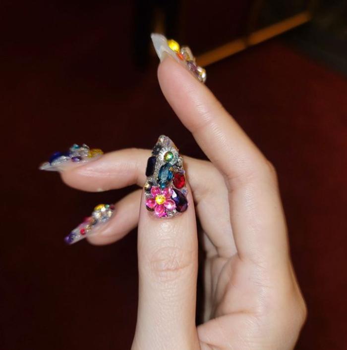 От скульптурных 3D-принтов до ногтей с металлическими акцентами: необычные тренды маникюра от мировых дизайнеров, которые стоит попробовать весной и летом 2021-го