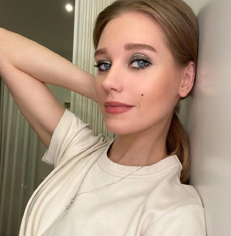 Кристина Асмус снова перекрасилась, вернув свой цвет волос: актриса посетовала, что процедура заняла более 8 часов