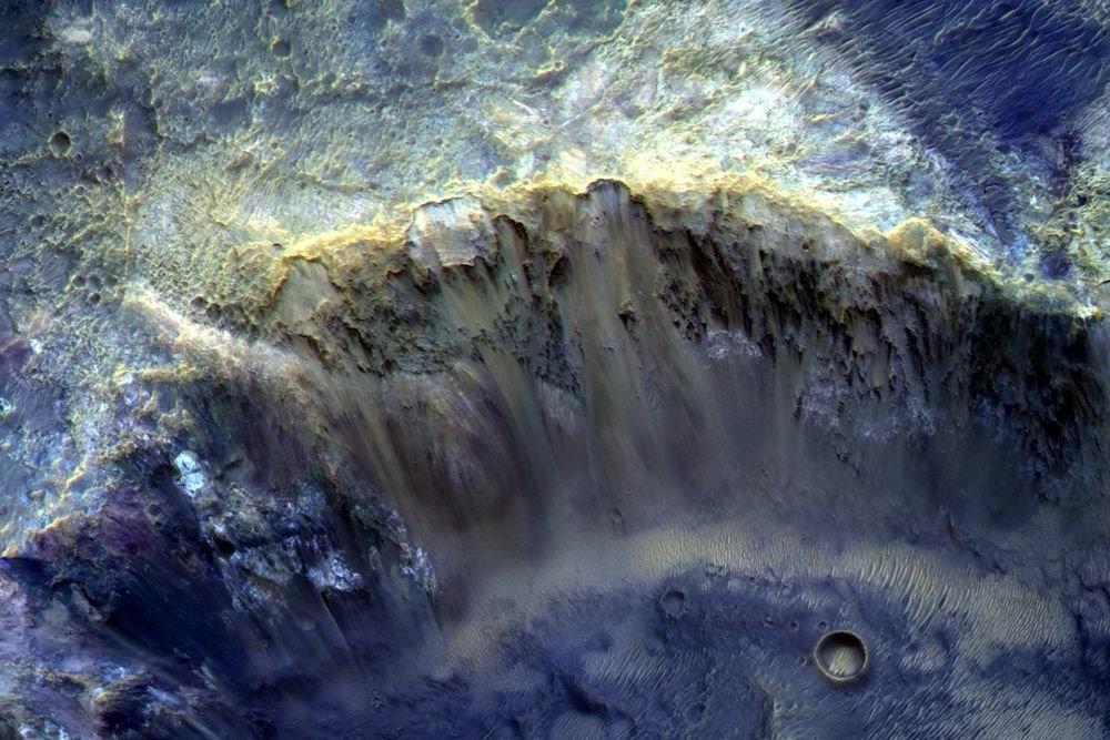 «Роскосмос» обнародовал фотографию малого кратера на планете Марс