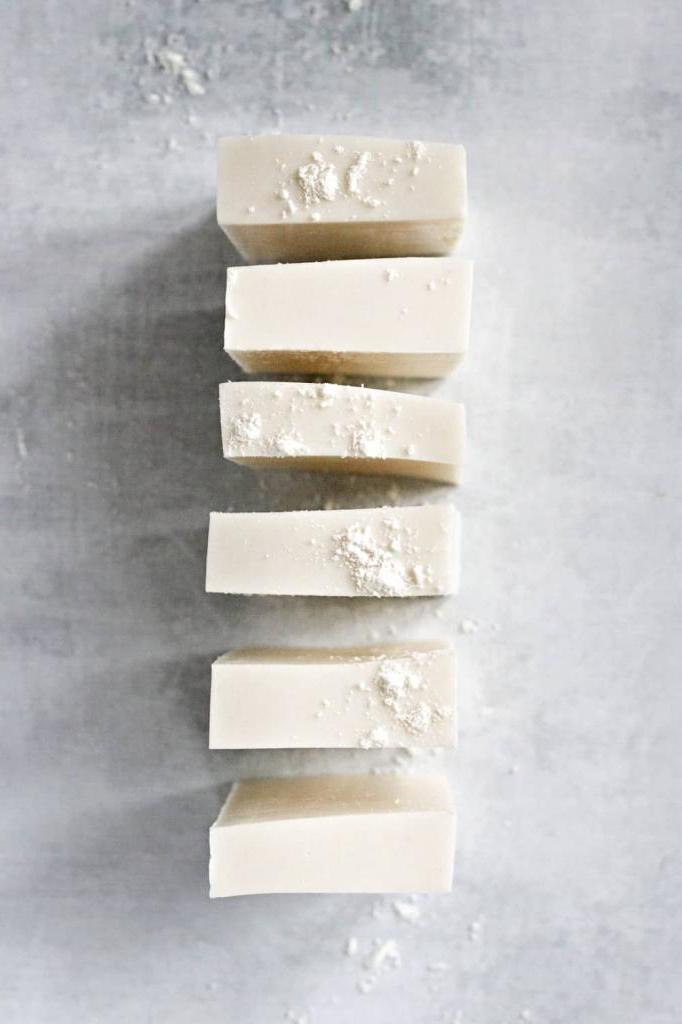 Научилась сама делать домашнее мыло с козьим молоком и маслами. Оно успокаивает и увлажняет кожу: рецепт рекомендую
