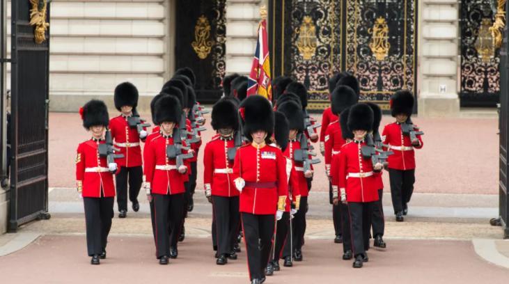 Почему британские гвардейцы носят такие странные шапки: история сквозь века
