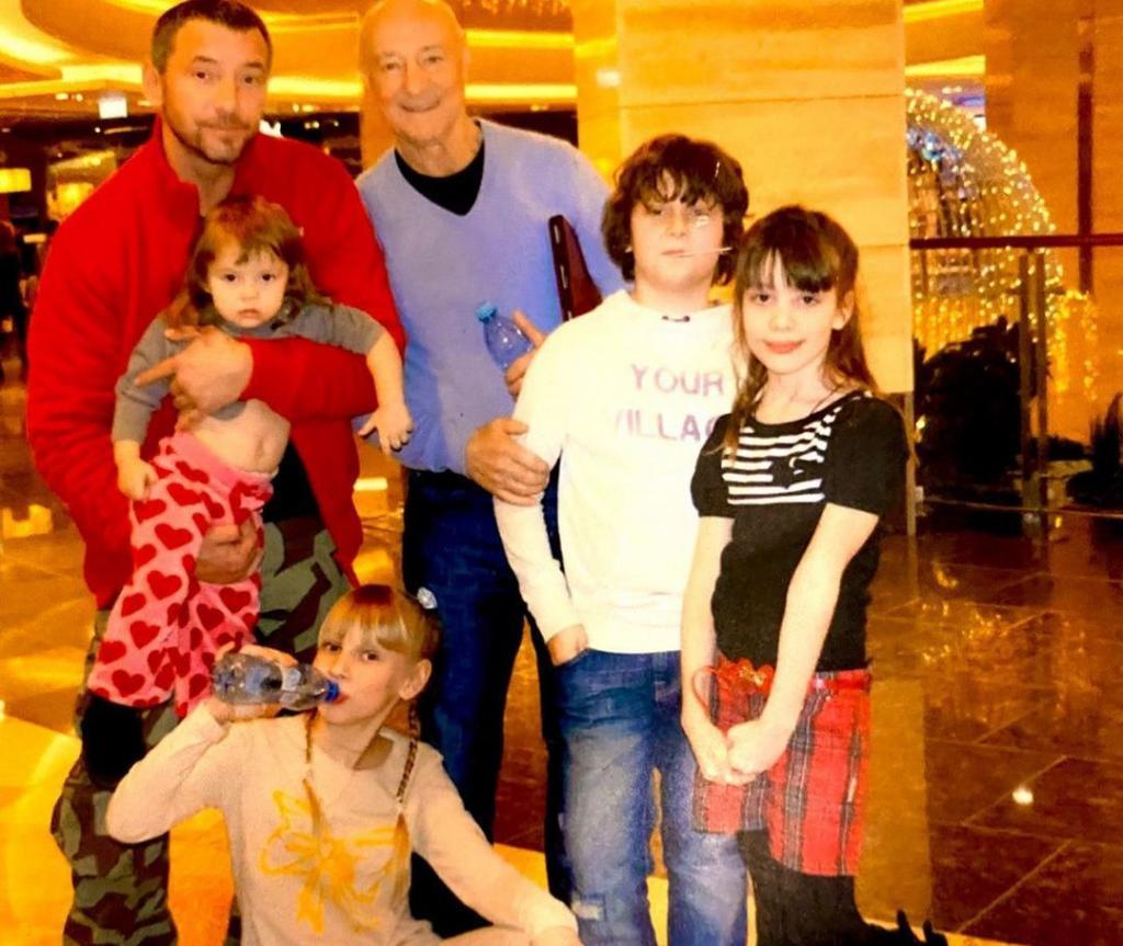 Три жены и жизнь в монастыре: как сейчас живет актер Максим Дрозд и как выглядит его семья (новые фото)