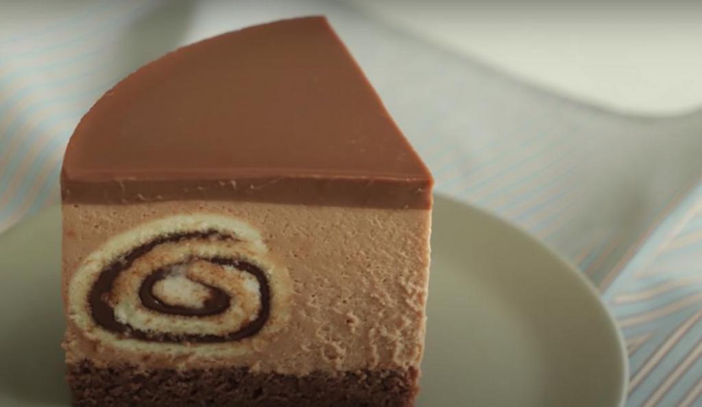 """Два вкусных десерта в одном: готовим шоколадный торт с начинкой из рулетиков с """"Нутеллой"""""""