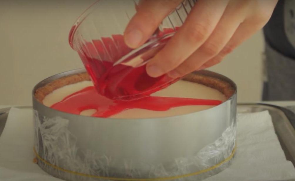 Яркий чизкейк с желейным слоем и кусочками консервированной вишни: десерт, вкус которого хочется чувствовать снова и снова