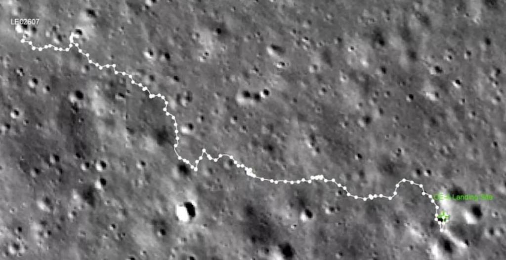 Марсоход обнаружил необычную вытянутую скалу на дальней стороне Луны
