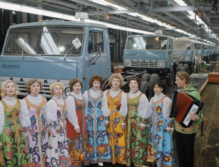Настоящий символ страны: завод КамАЗ отметил 45-летие с момента выпуска первого грузовика серии
