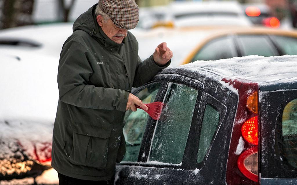 Автоэксперт рассказал россиянам, как завести замерзшую машину после холодной ночи