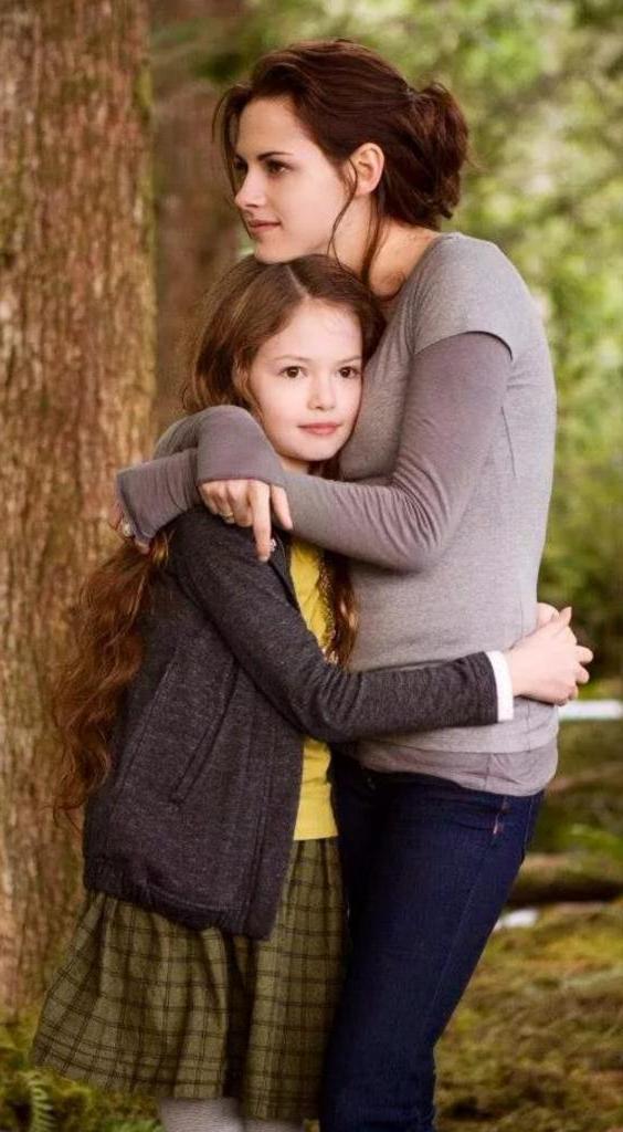"""Актрисе, сыгравшей дочь Эдварда и Беллы в """"Сумерках"""", уже 20 лет: малышку Ренесми в ней сложно узнать"""