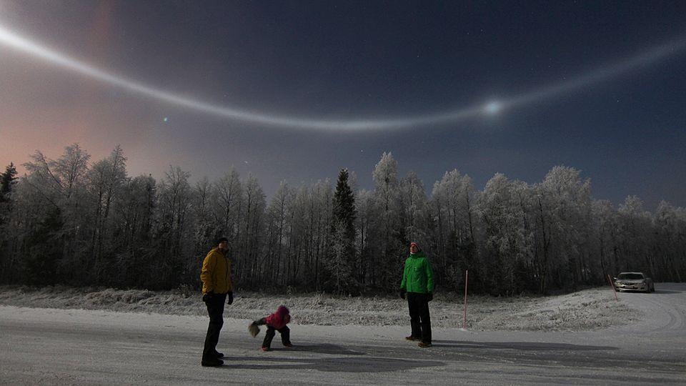 Увидеть такое природное явление – это невероятная удача: в небе над Финляндией появился редкий ореол вокруг нашего светила