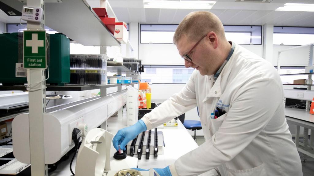 В лаборатории Vita в Финляндии ученые обнаружили новый штамм коронавируса. Он имеет черты как британского, так и южноафриканского варианта