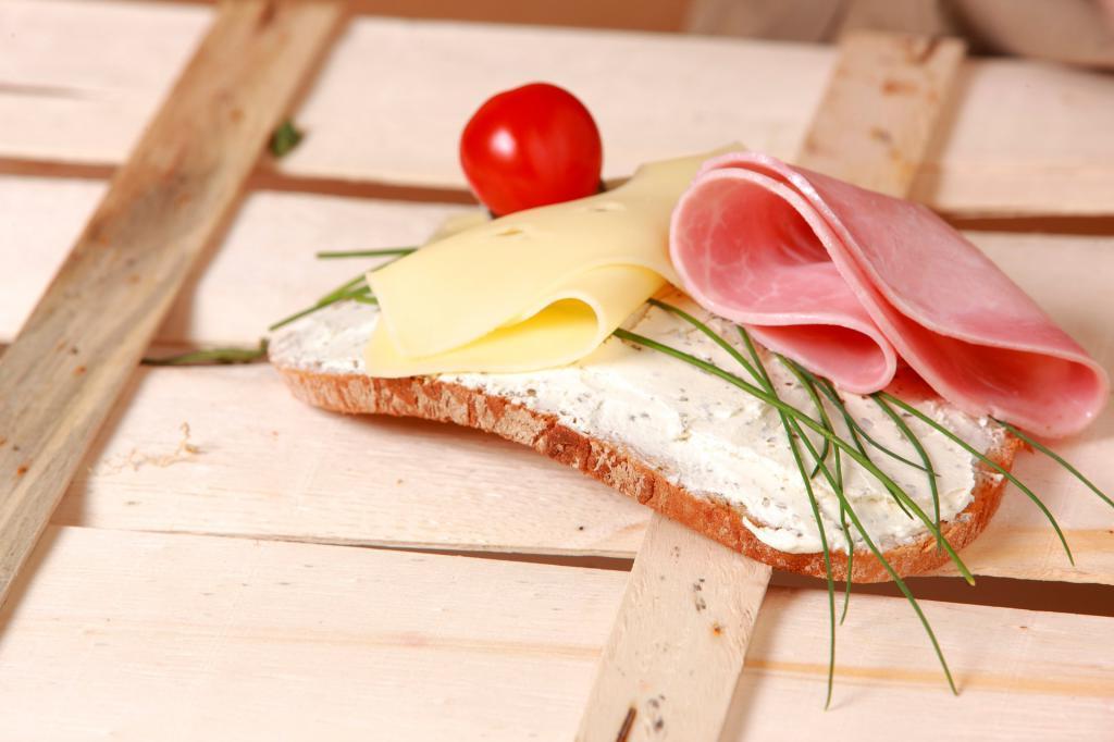 Диетолог рассказала о полезной альтернативе колбасе в бутербродах. Например, паста из рыбных консервов