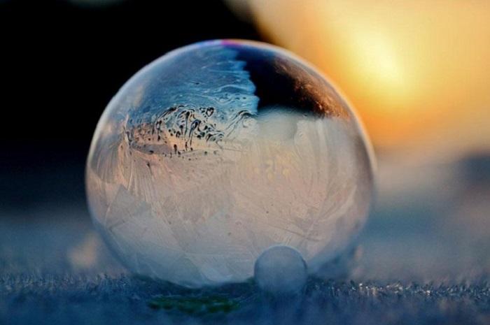 Мама с сыном пускают мыльные пузыри на морозе, и результат потрясающий: фото