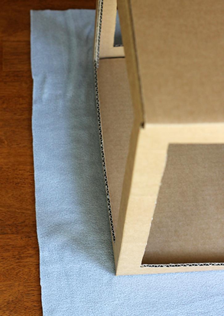 Из плотного картона сделали для кошки уютный гамак: наша любимица в восторге
