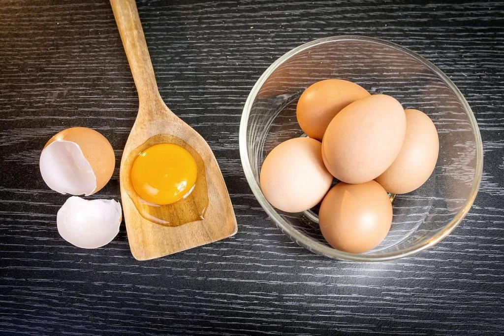 Диетолог раскрыла секрет, как правильно выбирать яйца, и развеяла миф о важности цвета желтка