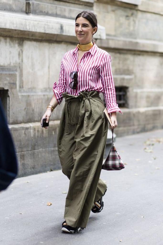 Оливково-зеленый не подведет: стильные луки с трендовыми вещами весны 2021