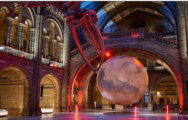 Лондонский Музей естественной истории устанавливает огромную модель Марса рядом с популярным изображением голубого кита (фото)