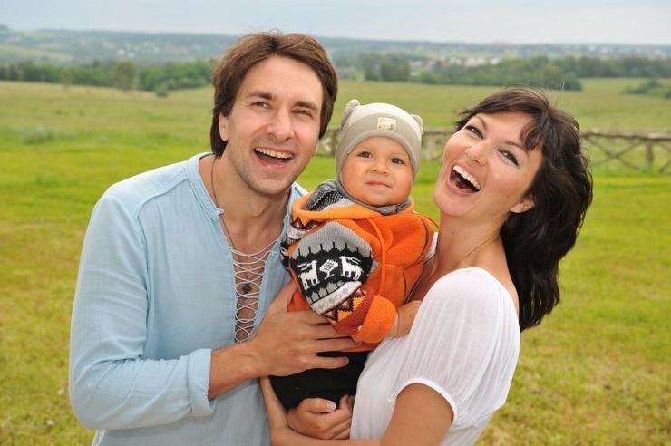 """Сериал """"Не родись красивой"""" свел их вместе. Как сейчас выглядят сыновья Юлии Такшиной и Григория Антипенко"""