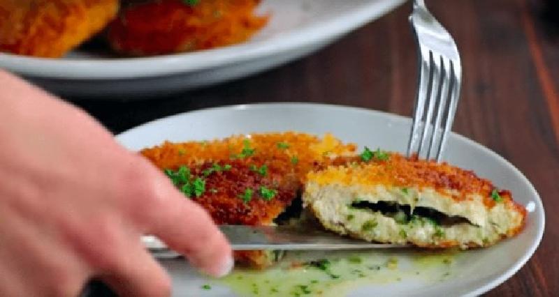 Кармашки из куриных грудок, начиненные сливочным маслом с зеленью. Нежное, сочное блюдо понравились всем в нашей семье