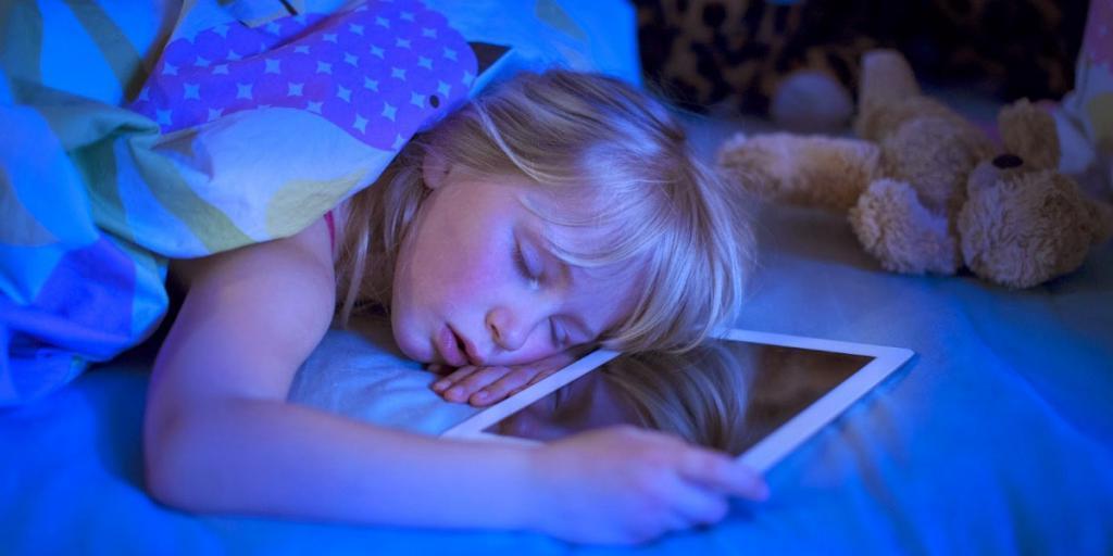 Чем грозит подростку 6 часов сна и как с этим связаны гаджеты. Мнение исследователей