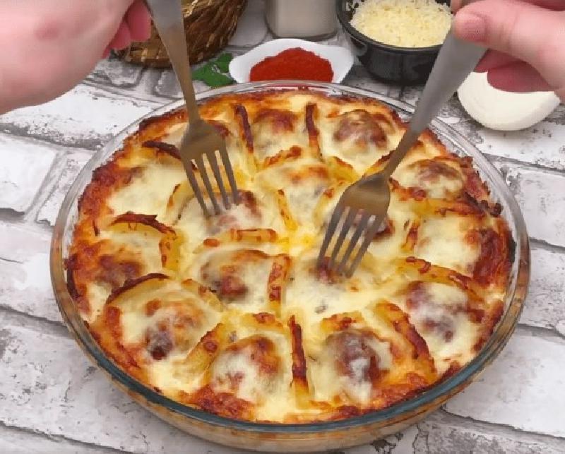 Блюдо к праздничному столу: картофель с фрикадельками с сыром по-французски