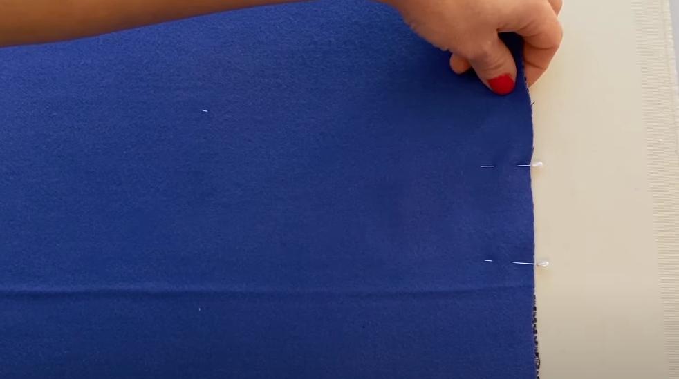 Взяла два куска ткани и сшила стильную шаль-капюшон на весну: и украсит, и в дождь защитит