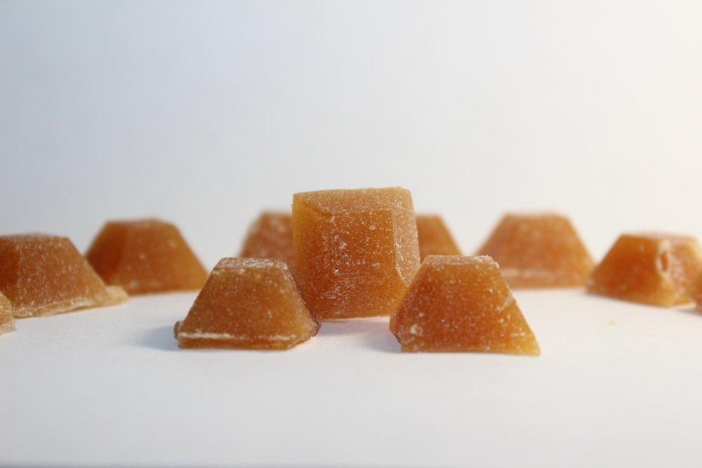 """Полезные сладости: алтайские ученые нашли способ """"сушить"""" мед, превращая его в леденцы с ягодами и травами"""