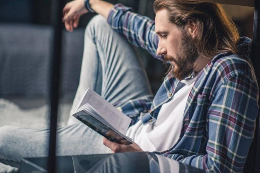 Выбирая мужчине в подарок книгу, узнаем, что он любит читать: результаты опроса