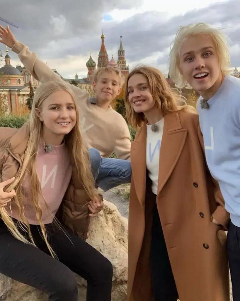 """""""Словно ровесники"""": российские звезды со своими взрослыми детьми, которые выглядят как сверстники"""