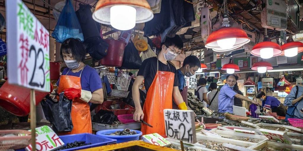 Пандемия могла начаться за пределами Китая: китайские ученые заявили, что вирус изначально был завезен вместе с замороженными морепродуктами из Эквадора