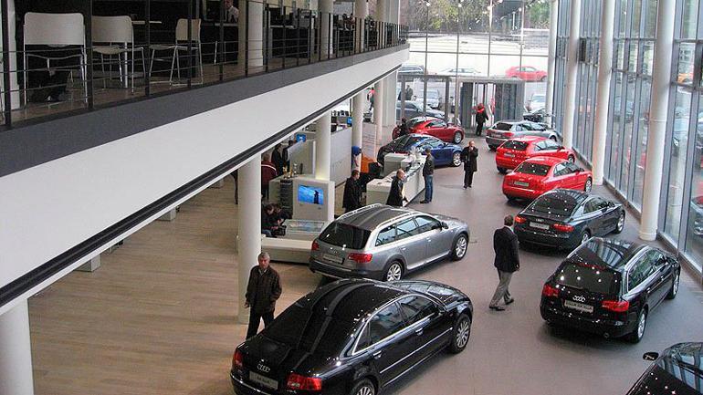 Жителей России автосалоны просят покупать машины за наличные деньги