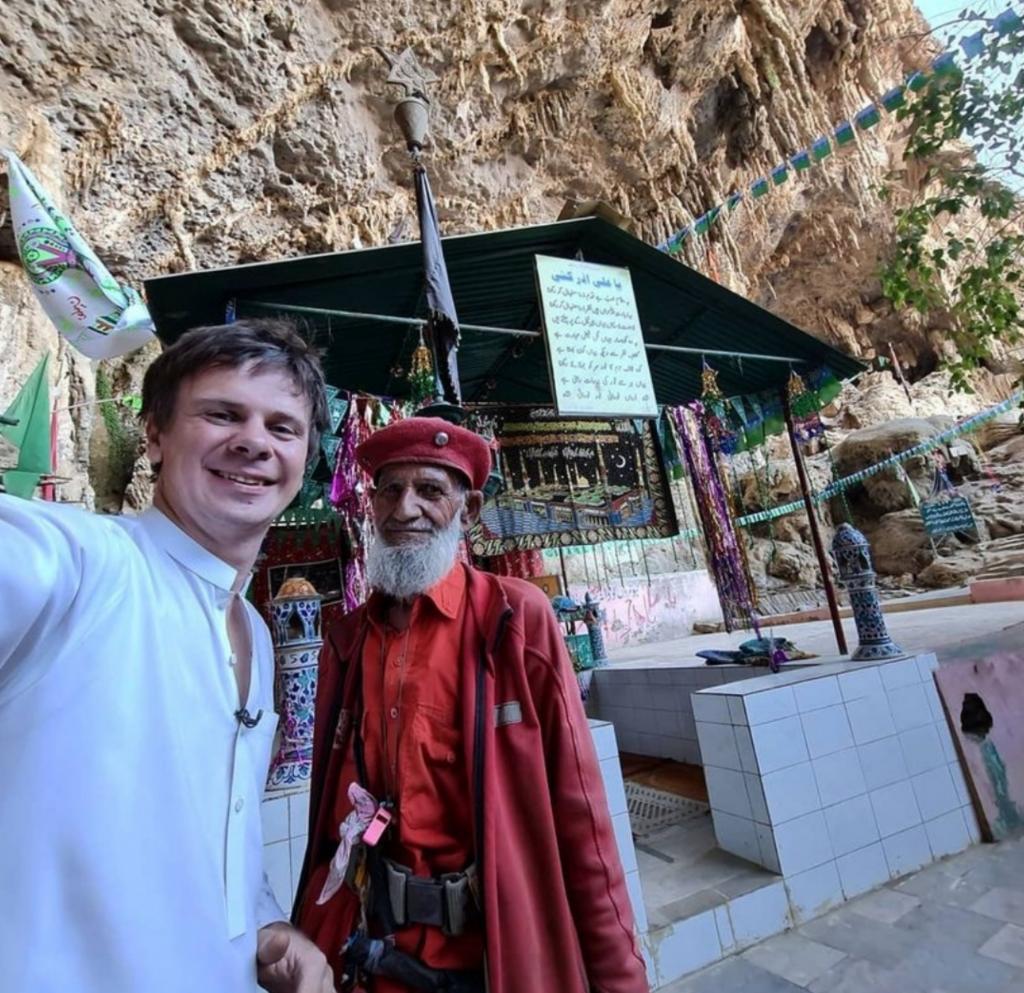 Путешественник Дмитрий Комаров посетил место встречи Адама и Евы. Пускают туда не каждого
