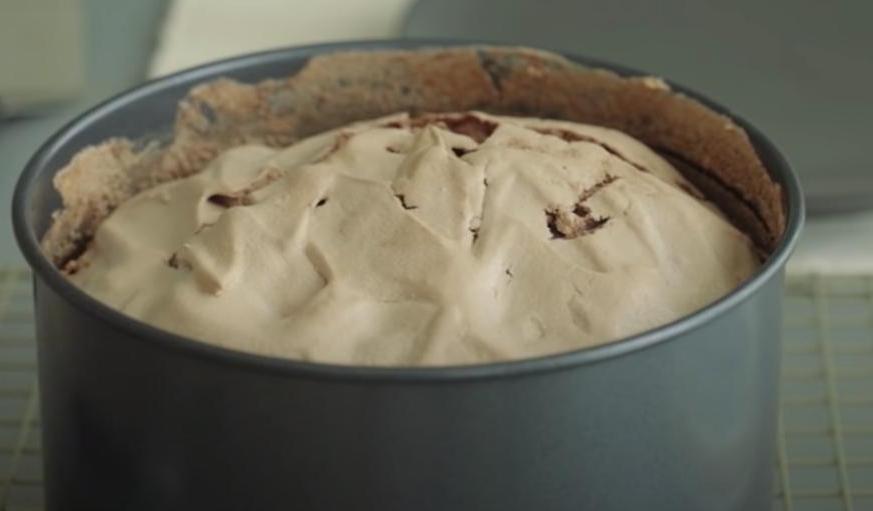 Снизу шоколадный слой, а сверху воздушная меренга: по праздникам готовлю свой фирменный торт, перед которым не устоит даже самый капризный гурман