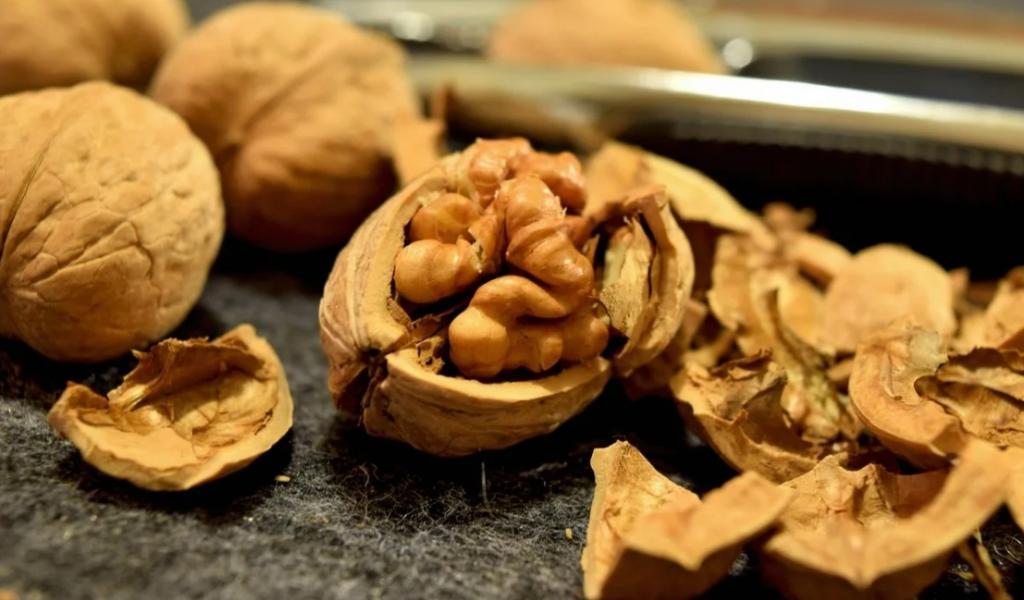 Три категории людей, которым лучше не есть грецкие орехи, чтобы не навредить своему здоровью. И сколько орехов в день можно съедать здоровому человеку