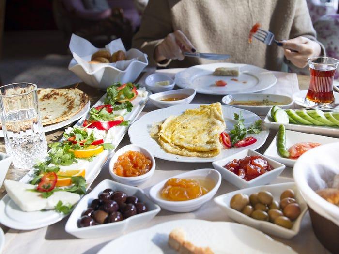 «Не отказывайте себе в еде»: женщина соблюдает средиземноморскую диету уже 20 лет и дала советы, как ее придерживаться