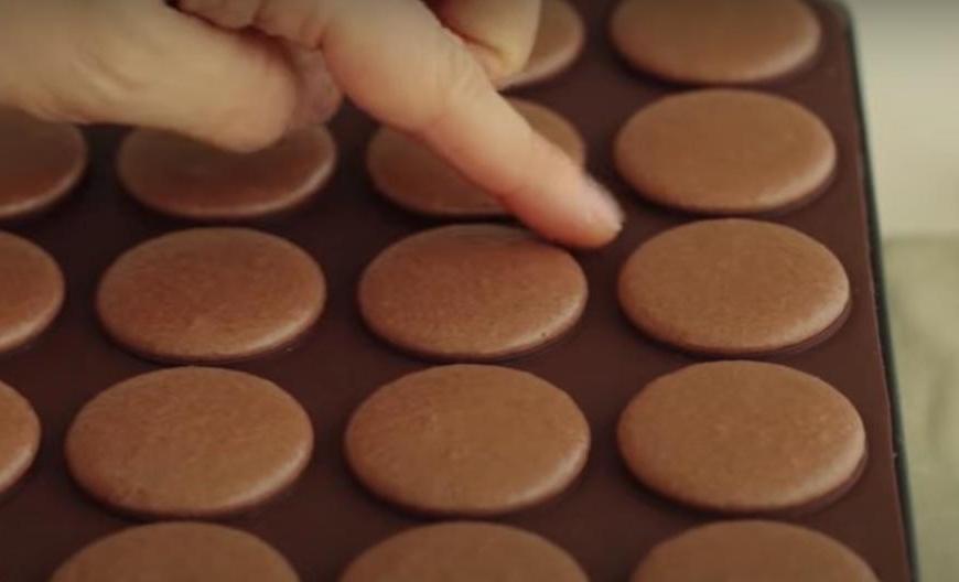 Предлагаю рецепт пирожных, от которых осталась в восторге вся семья: лакомство с нежнейшим кремом, мягким шоколадным печеньем и конфетами Ferrero Rocher