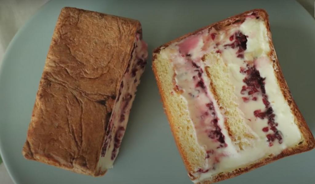 Бисквитный кекс с сюрпризом внутри: достаю воздушное тесто и заполняю румяный квадратик ягодными и сливочными слоями