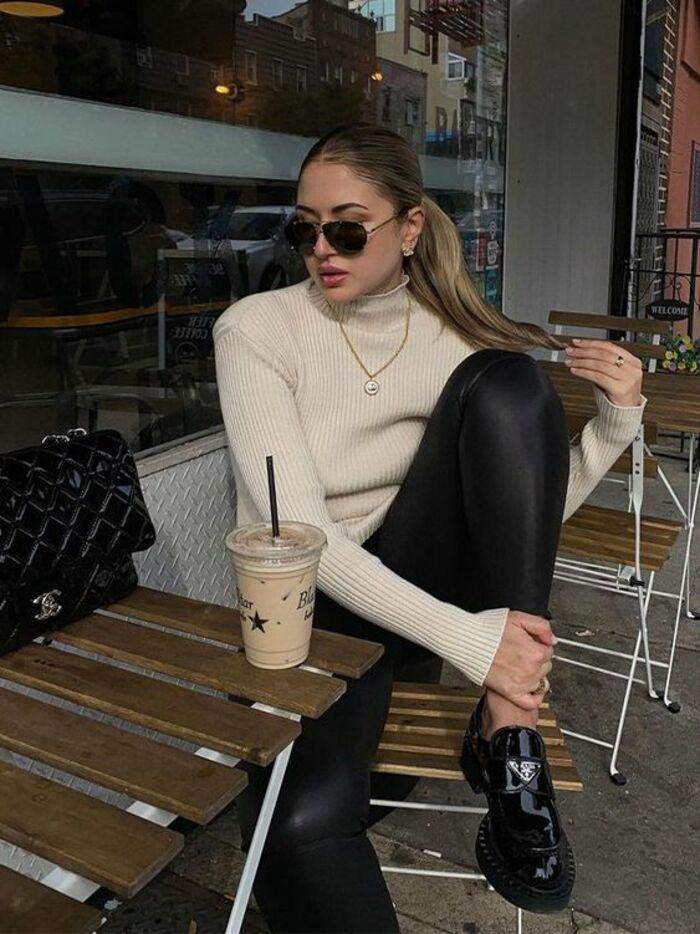 Удобно и модно: с чем и как носить слипоны, лоферы и дерби - трендовую обувь весны-2021