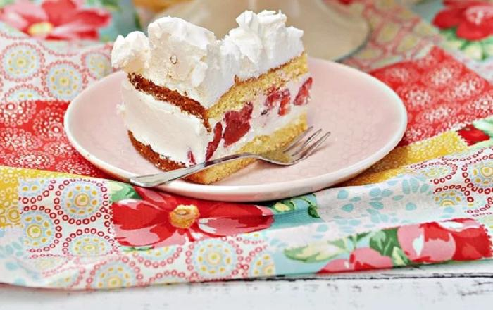 Творожный торт с клубникой и безе: делаю на бисквите с замороженными ягодами