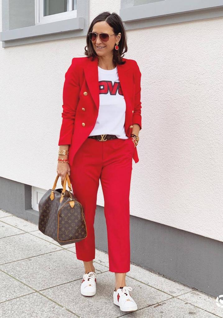 Как быть модной в 50 и не отказываться от комфорта: стильные образы на весну 2021 от инстаграм-звезд, которые можно и нужно копировать