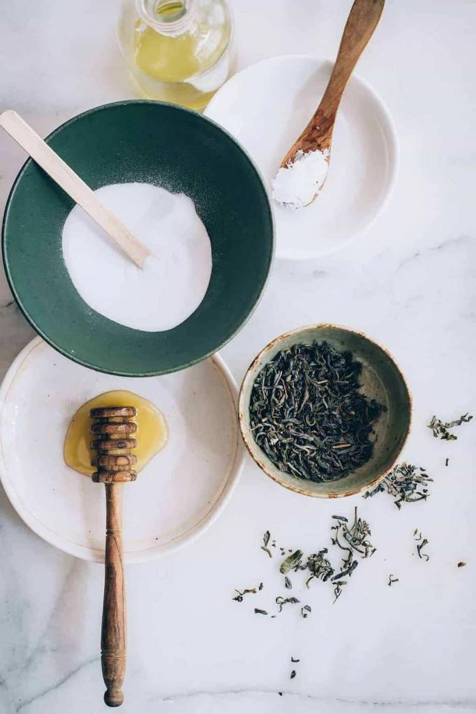 Для губ сама делаю натуральный бальзам с зеленым чаем. Он защищает от солнца и ухаживает за нежной кожей