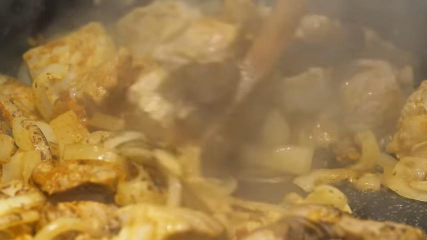 Неожиданная идея для ужина: готовим плов со свининой в тыкве
