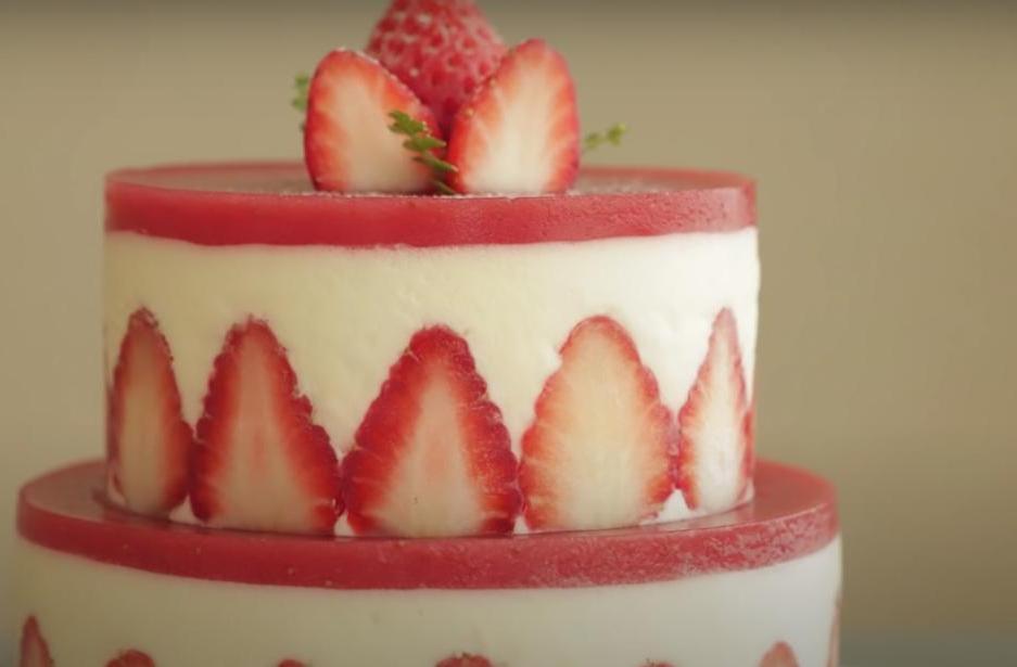 Ни одно торжество не обойдется без красивого десерта: готовим двухъярусный торт с клубничкой, который даже не требует выпекания