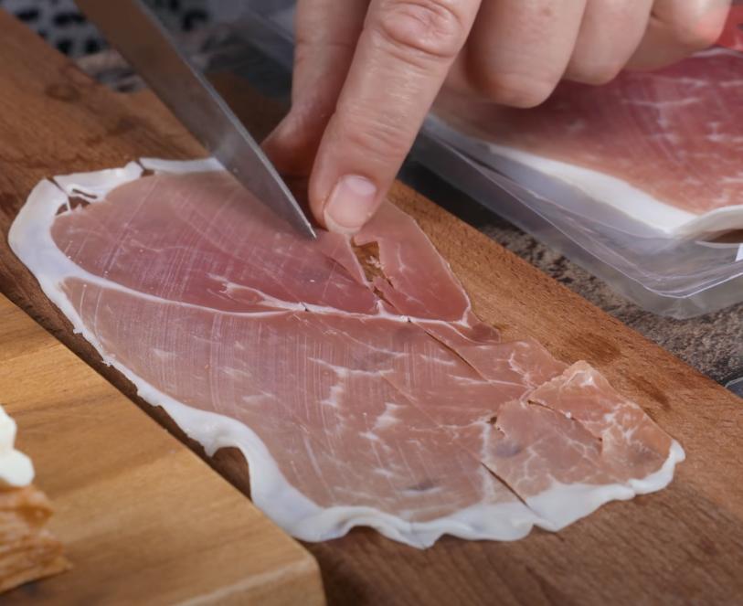 Бутерброды делаю не на белом хлебе, а на слоеном тесте: рецепт закуски с лососем и ветчиной